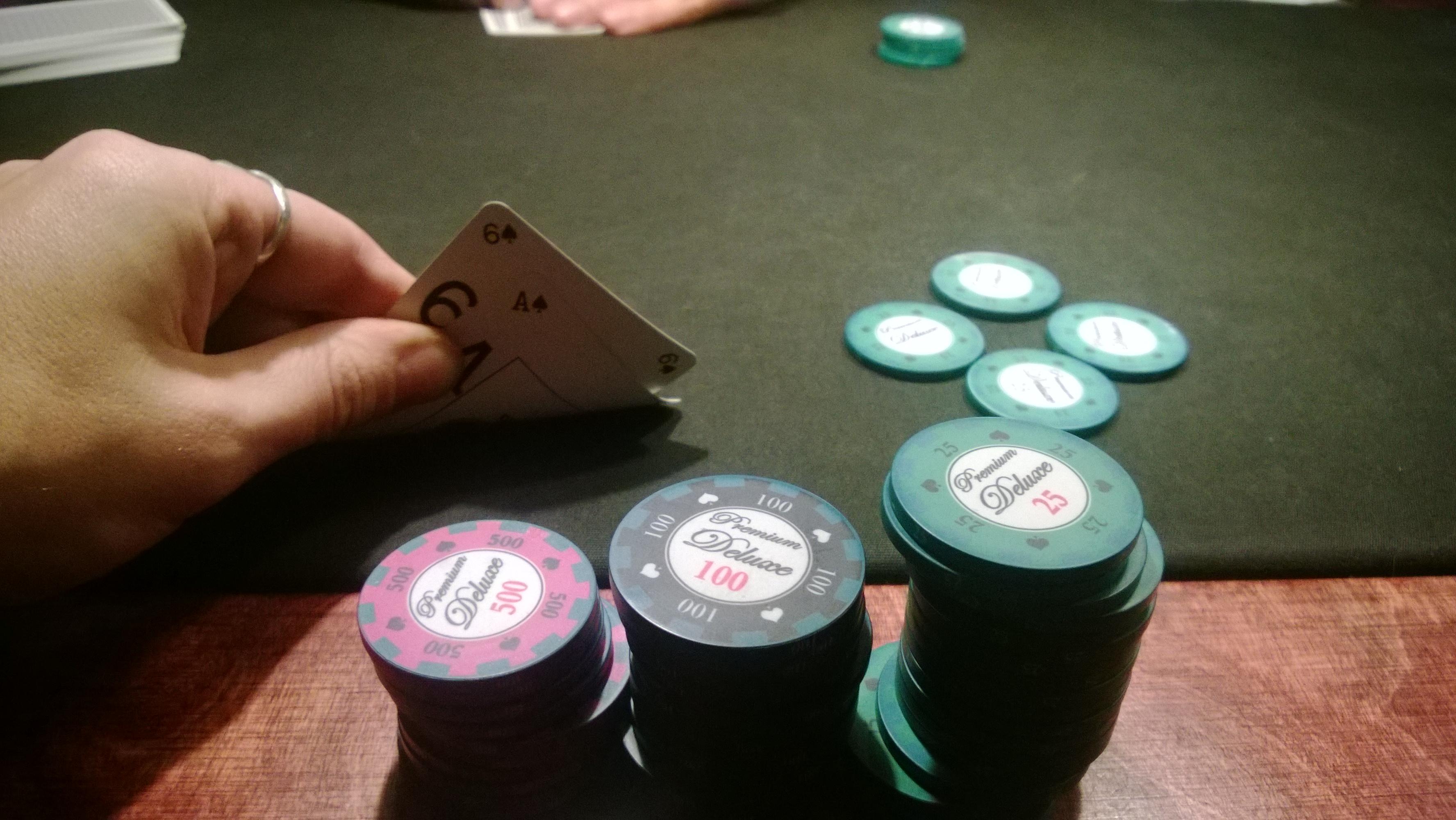 Pokeripöytää kasaamaan (kuvassa tosin on se kaverin pöytä)